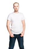 Ελκυστικό βέβαιο άτομο στην άσπρα μπλούζα και το τζιν παντελόνι Στοκ Εικόνες