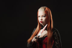 Ελκυστικό βαμπίρ με ένα αιματηρό μαχαίρι Στοκ εικόνα με δικαίωμα ελεύθερης χρήσης