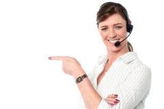 Ελκυστικό γυναικείο προσωπικό υποστήριξης πελατών Στοκ εικόνα με δικαίωμα ελεύθερης χρήσης