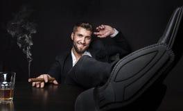Ελκυστικό επιχειρησιακό άτομο με το πούρο και ένα ποτό Στοκ φωτογραφίες με δικαίωμα ελεύθερης χρήσης