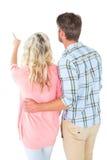 Ελκυστικό ζεύγος που στέκεται και που κοιτάζει Στοκ Φωτογραφία