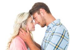 Ελκυστικό ζεύγος που χαμογελά το ένα στο άλλο Στοκ φωτογραφίες με δικαίωμα ελεύθερης χρήσης