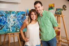 Ελκυστικό ζεύγος σε ένα εργαστήριο τέχνης Στοκ φωτογραφία με δικαίωμα ελεύθερης χρήσης