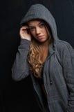 Ελκυστικό θηλυκό πρότυπο ικανότητας σε ένα μαύρο υπόβαθρο Στοκ Φωτογραφία