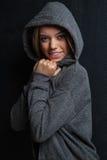 Ελκυστικό θηλυκό πρότυπο ικανότητας σε ένα μαύρο υπόβαθρο Στοκ εικόνες με δικαίωμα ελεύθερης χρήσης