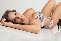 Ελκυστικό κορίτσι με τα μεγάλα στήθη lingerie Στοκ Εικόνα