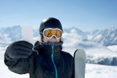Ελκυστικό κορίτσι με το εισιτήριο σκι Στοκ Εικόνες