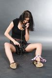 Ελκυστικό κορίτσι με το τηλέφωνο καλωδίων Στοκ Φωτογραφίες