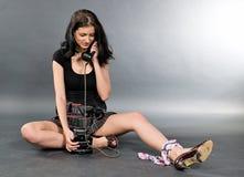 Ελκυστικό κορίτσι με το τηλέφωνο καλωδίων Στοκ Εικόνα
