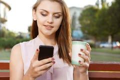 Ελκυστικό κορίτσι που γράφει sms Στοκ εικόνες με δικαίωμα ελεύθερης χρήσης