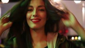 Ελκυστικό κορίτσι που χορεύει στο λούνα παρκ, που στέλνει το φιλί στη κάμερα φιλμ μικρού μήκους