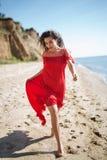 Ελκυστικό κορίτσι σε ένα έξυπνο κόκκινο φορεμάτων Στοκ φωτογραφία με δικαίωμα ελεύθερης χρήσης