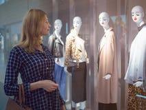 Ελκυστικό κορίτσι σε ένα εμπορικό κέντρο μπροστά από ένα admi προθηκών Στοκ φωτογραφία με δικαίωμα ελεύθερης χρήσης