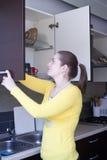 Ελκυστικό κορίτσι στην κουζίνα Στοκ φωτογραφία με δικαίωμα ελεύθερης χρήσης