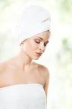 Ελκυστικό κορίτσι στην πετσέτα που απομονώνεται στο λευκό SPA, wellness και αυτός Στοκ Εικόνες