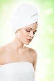 Ελκυστικό κορίτσι στην πετσέτα που απομονώνεται στο λευκό SPA, wellness και αυτός Στοκ Εικόνα