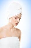 Ελκυστικό κορίτσι στην πετσέτα που απομονώνεται στο λευκό SPA, wellness και αυτός Στοκ εικόνα με δικαίωμα ελεύθερης χρήσης