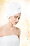 Ελκυστικό κορίτσι στην πετσέτα που απομονώνεται στο λευκό SPA, wellness και αυτός Στοκ Φωτογραφία