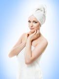 Ελκυστικό κορίτσι στην πετσέτα στο λευκό SPA, wellness και αυτός Στοκ Φωτογραφίες