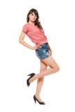 Ελκυστικό κορίτσι στη μίνι φούστα τζιν. Απομονωμένος Στοκ Φωτογραφία
