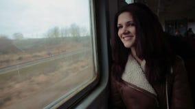 Ελκυστικό κορίτσι στο τραίνο απόθεμα βίντεο