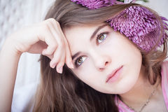 ελκυστικό κορίτσι λυπη&mu Στοκ Φωτογραφίες