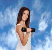 Ελκυστικό κορίτσι brunette που σφίγγει τους μυς τους στοκ φωτογραφίες