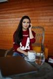 Ελκυστικό κορίτσι hipster που έχει τη συνομιλία στο έξυπνο τηλέφωνο στοκ φωτογραφία