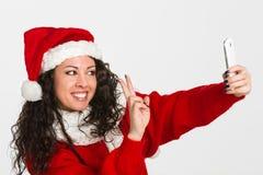 Ελκυστικό κορίτσι santa brunette που παίρνει την αυτοπροσωπογραφία Στοκ φωτογραφία με δικαίωμα ελεύθερης χρήσης