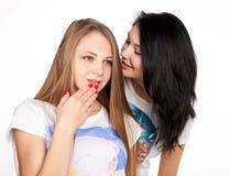 Ελκυστικό κουτσομπολιό φίλων Στοκ Εικόνες