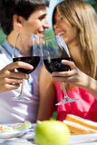 Ελκυστικό κρασί κατανάλωσης ζευγών στο ρομαντικό πικ-νίκ στο countrysid Στοκ φωτογραφία με δικαίωμα ελεύθερης χρήσης