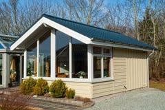 Ελκυστικό μικρό ξύλινο σπίτι σύγχρονου σχεδίου Στοκ Εικόνες