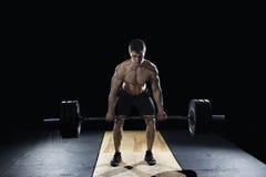 Ελκυστικό μυϊκό bodybuilder που κάνει deadlifts στο σύγχρονο κέντρο ικανότητας στοκ εικόνα