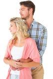 Ελκυστικό νέο ζεύγος που αγκαλιάζει και που χαμογελά Στοκ Φωτογραφίες