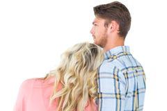 Ελκυστικό νέο ζεύγος που κοιτάζει από κοινού Στοκ Φωτογραφίες