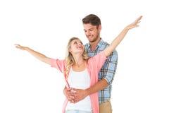 Ελκυστικό νέο ζεύγος που χαμογελά και που αγκαλιάζει Στοκ φωτογραφία με δικαίωμα ελεύθερης χρήσης