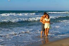 Ελκυστικό νέο ζεύγος σε beachwear στην παραλία στοκ φωτογραφία με δικαίωμα ελεύθερης χρήσης