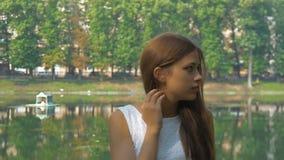 Ελκυστικό νέο κορίτσι που περιμένει τη φίλη του για έναν περίπατο απόθεμα βίντεο
