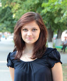 Ελκυστικό νέο κορίτσι σε ένα πάρκο Στοκ φωτογραφία με δικαίωμα ελεύθερης χρήσης