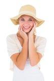 Ελκυστικό νέο ξανθό χαμόγελο στη κάμερα στο ψαθάκι Στοκ Εικόνα