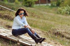 Ελκυστικό νέο υπαίθριο πορτρέτο brunette Στοκ Εικόνα