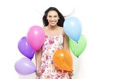 Ελκυστικό νέο χαμόγελο Brunette που κρατά τα ζωηρόχρωμα μπαλόνια Στοκ εικόνα με δικαίωμα ελεύθερης χρήσης