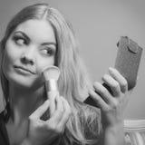 Ελκυστικό να ισχύσει γυναικών αποτελεί με τη βούρτσα Στοκ Εικόνα