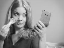 Ελκυστικό να ισχύσει γυναικών αποτελεί με τη βούρτσα Στοκ φωτογραφία με δικαίωμα ελεύθερης χρήσης
