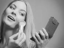 Ελκυστικό να ισχύσει γυναικών αποτελεί με τη βούρτσα Στοκ φωτογραφίες με δικαίωμα ελεύθερης χρήσης