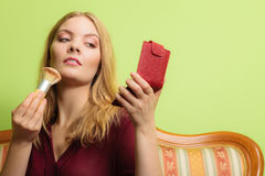 Ελκυστικό να ισχύσει γυναικών αποτελεί με τη βούρτσα Στοκ Φωτογραφίες