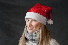 Ελκυστικό ξανθό θηλυκό santa, εποχή Χριστουγέννων, Στοκ φωτογραφία με δικαίωμα ελεύθερης χρήσης