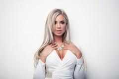 Ελκυστικό ξανθό κορίτσι στην άσπρη κορυφή Στοκ Φωτογραφίες