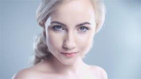 Ελκυστικό ξανθό πορτρέτο γυναικών χαμόγελου στην άσπρη ανασκόπηση απόθεμα βίντεο