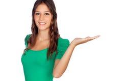 Ελκυστικό περιστασιακό κορίτσι σε πράσινο με το χέρι εκτεταμένο Στοκ φωτογραφίες με δικαίωμα ελεύθερης χρήσης